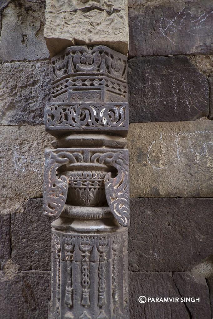 Ranthambhore Fort details on pillar.